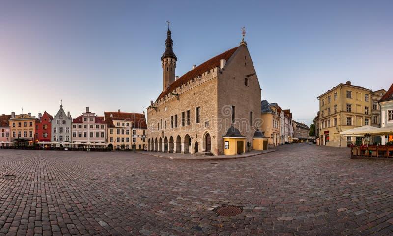 Municipio di Tallinn e quadrato di Raekoja di mattina, Tallinn fotografia stock libera da diritti