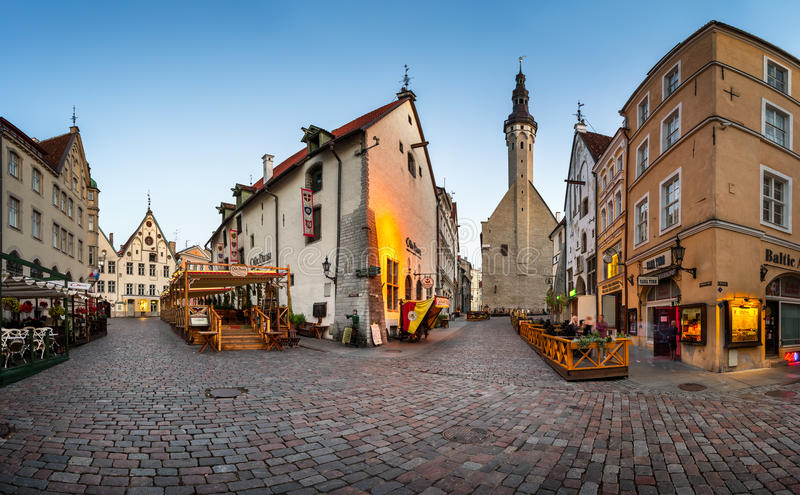 Municipio e Olde Hansa Restaurant di Tallinn di mattina, alto fotografie stock