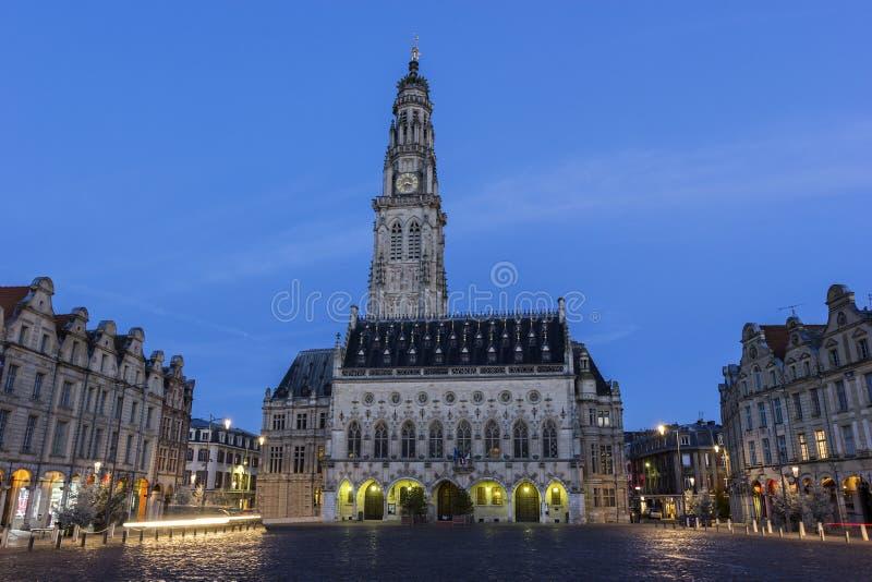 Municipio ed il suo campanile in arazzo in Francia immagini stock