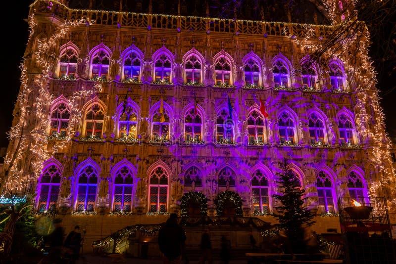 Municipio gotico illuminato di Lovanio su natale, Belgio fotografia stock libera da diritti