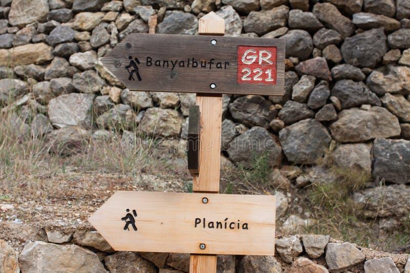 Munisca di segnaletica la mostra delle direzioni a Banyalbufar e a Planici sulla traccia di escursione del GR 221 fotografia stock