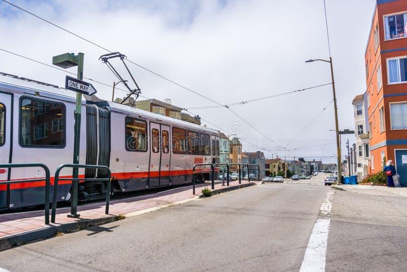 MUNIspårväg som transporterar passagerare runt om staden, San Francisco royaltyfri fotografi