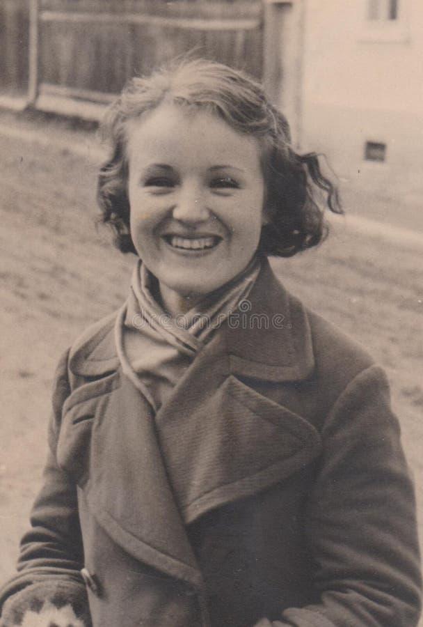 MUNKà 电缆敷设船,大约1940年-小姐有巨大的微笑的-加州的匈牙利1940年- Munkà ¡电缆敷设船Munkacevo乌克兰斯洛伐克匈牙利 图库摄影