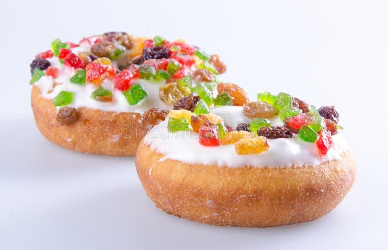 Munk färgrika Donuts på bakgrund arkivfoton
