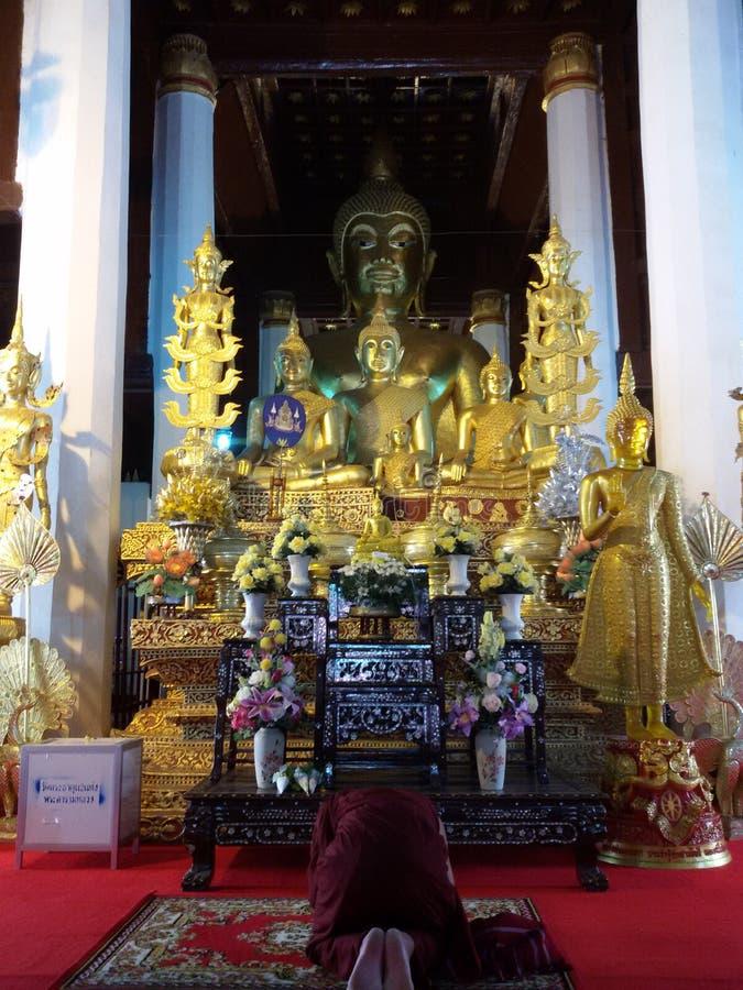 Munk i Buddhatempel arkivfoto
