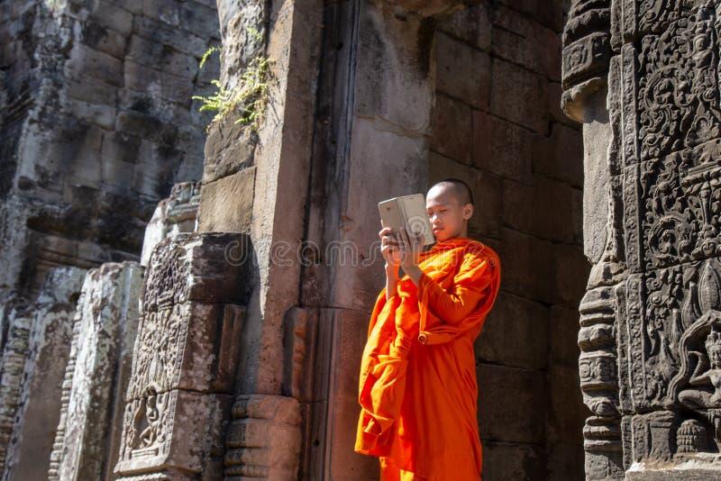 Munk i den Bayon templet, Angkor Thom royaltyfri foto