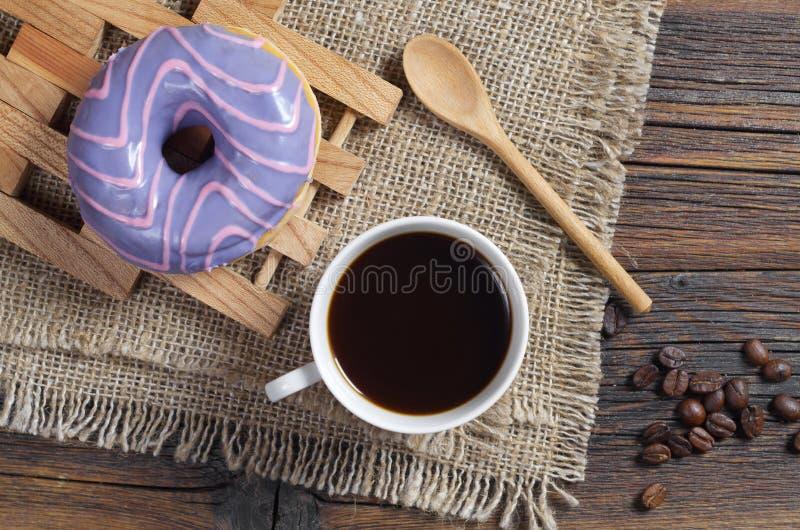 Munk med kulör glasyr och kaffe arkivbild