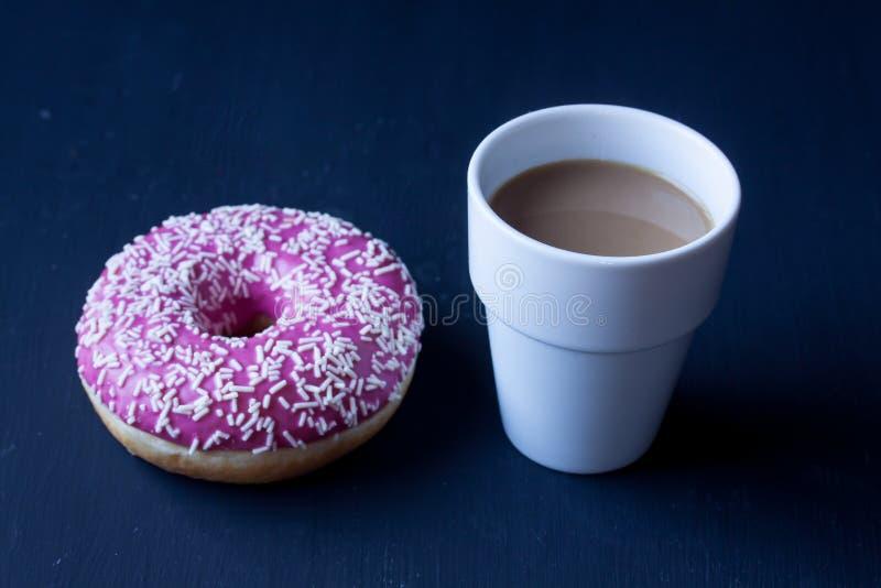 Munk och kaffe royaltyfri fotografi