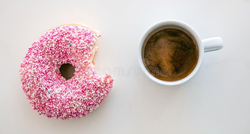 Munk- och kaffekopp som isoleras på vit färgbakgrund Top besk?dar arkivfoto