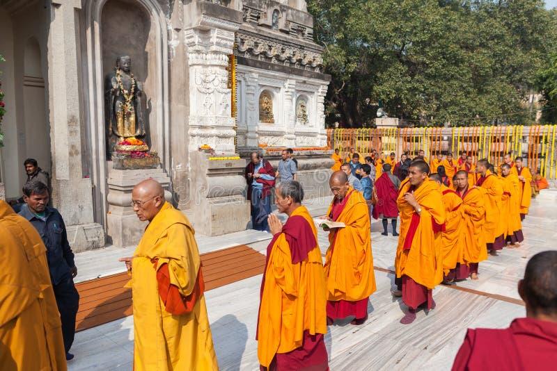 Munkar framme av en Mahabodhi tempel royaltyfria foton