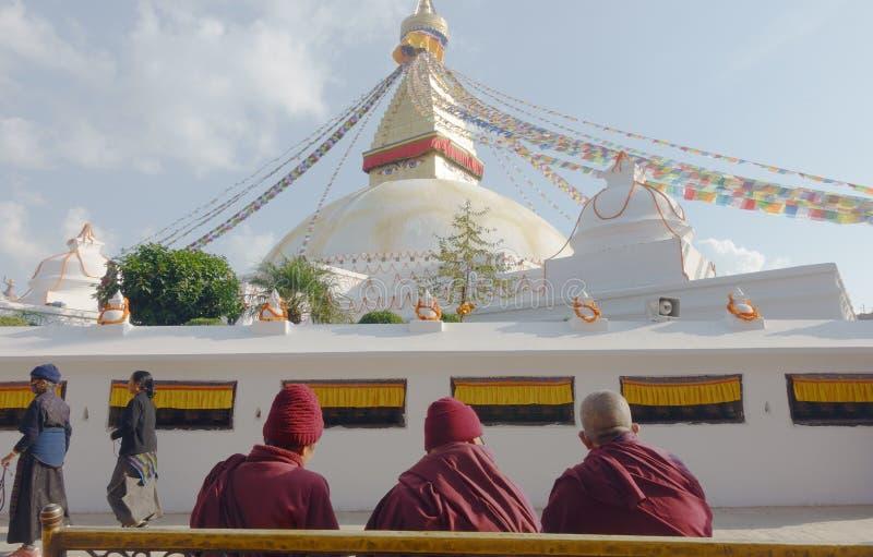 Munkar framme av Stupa royaltyfri bild
