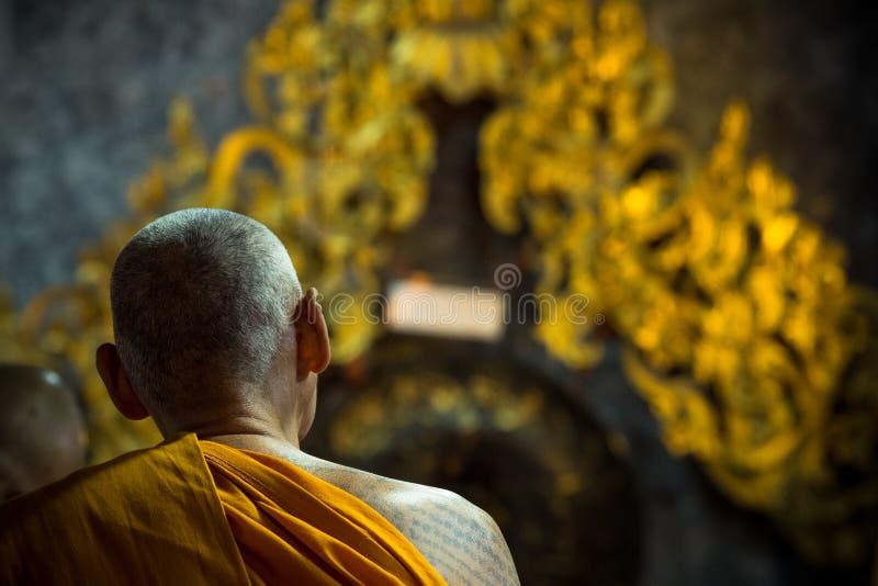 Munkar gör morgonmeditationritualer på Wat Phra Doi Suthep arkivfoto