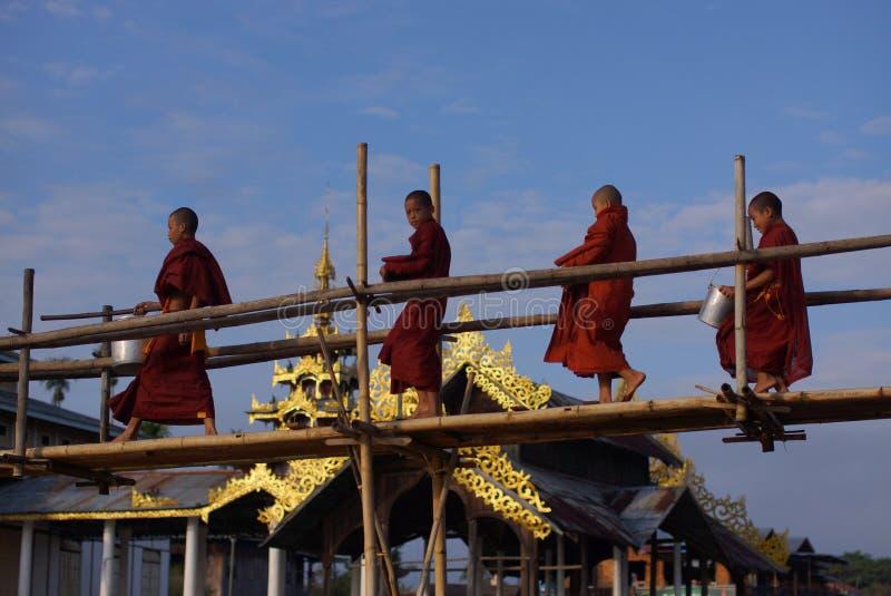 Munkar i by på Inle sjön i Burman, Asien royaltyfri foto