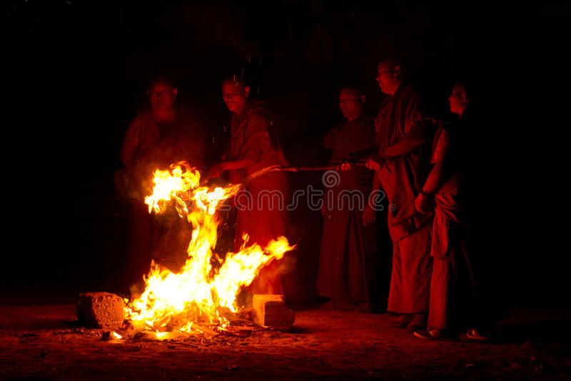 Munkar och ceremoniell brandGyuto kloster, Dharamshala, Indien royaltyfria foton