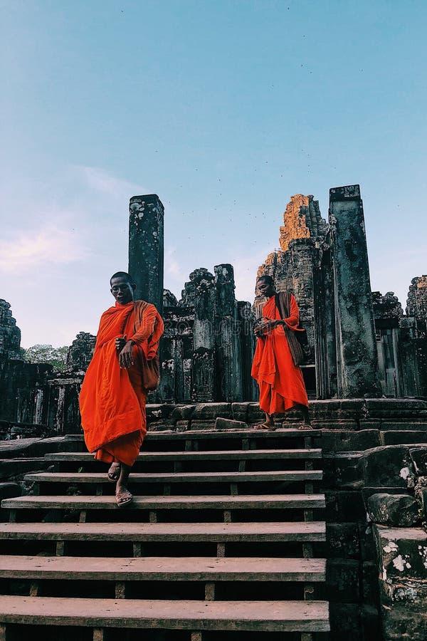 Munkar på den Bayon templet royaltyfri fotografi