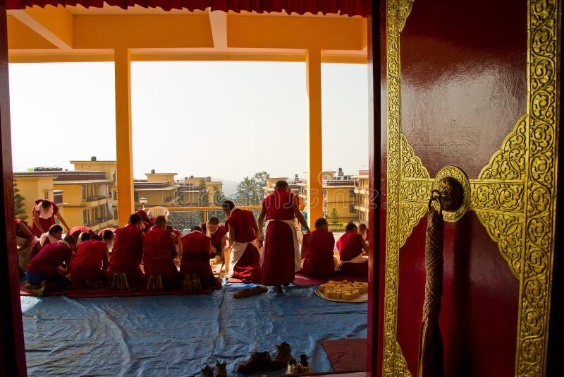 Munkar som gör traditionella buddistiska skulpturer, Gyuto kloster, D arkivbilder