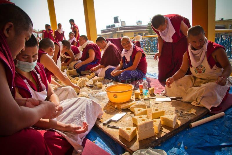 Munkar som gör traditionella buddistiska skulpturer, Gyuto kloster, D arkivfoton
