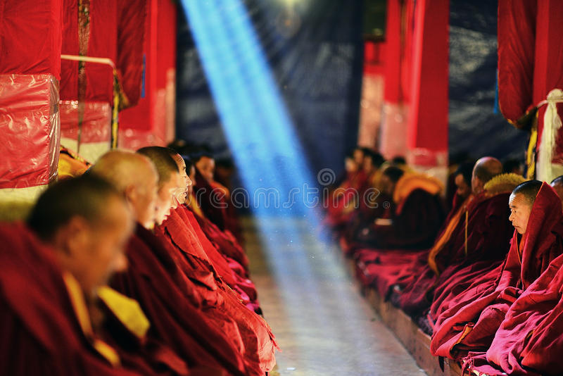 Munkar studerar buddistiska scriptures arkivbild