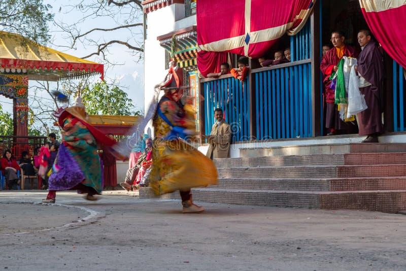 Munkar utför maskerad och kostymerad dans av tibetan buddism under Chamdansfestivalen Dansare gjorde suddig rörelse arkivfoton