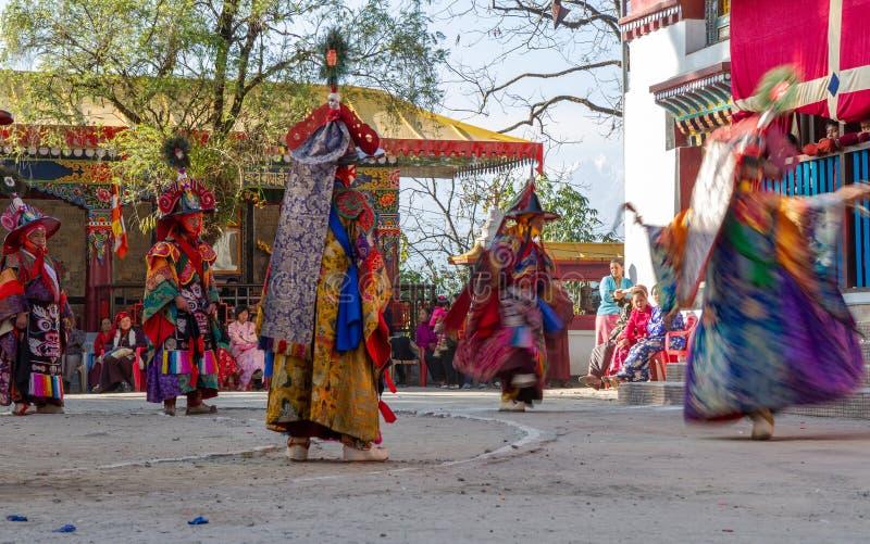 Munkar utför maskerad och kostymerad dans av tibetan buddism under Chamdansfestivalen Dansare gjorde suddig rörelse royaltyfria bilder
