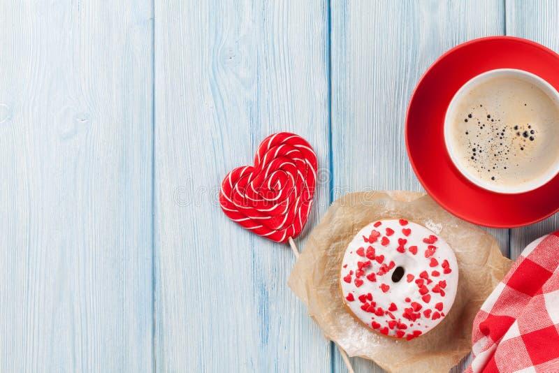 Munken hjärta formade godisen och kaffe royaltyfri fotografi
