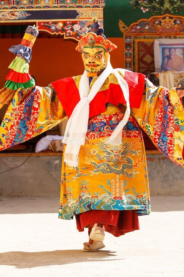 Munken utför en maskerad och kostymerad sakral dans av tibetan buddism under Chamdansfestivalen royaltyfri bild