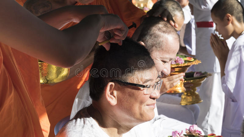 Munkrakninghår av mannen som ska bli buddhismmunken i ordinati royaltyfria bilder