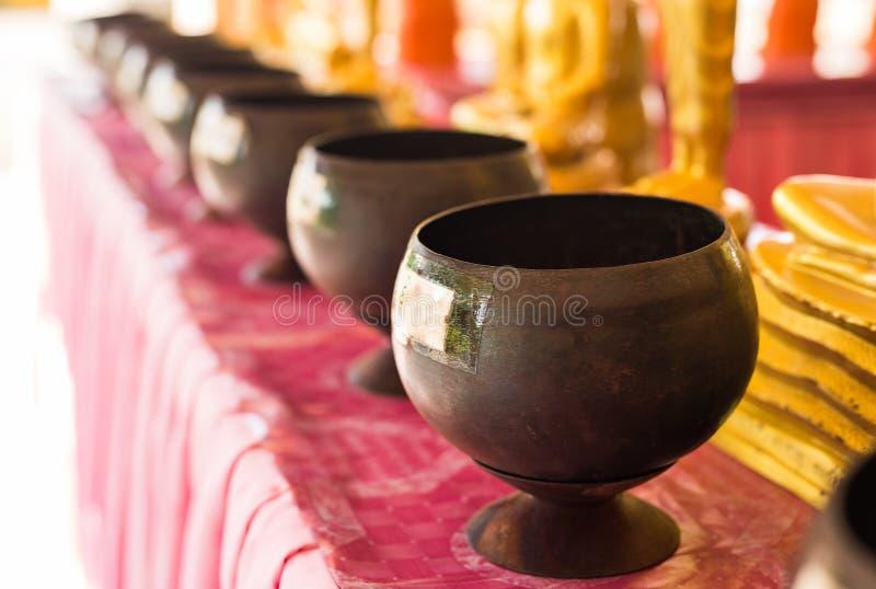 Munks allmosabunke på templet royaltyfri bild