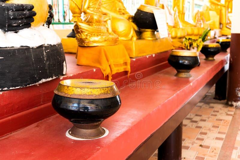 Munks bunke eller allmosa bowlar i buddhismtempel från Thailand arkivbilder