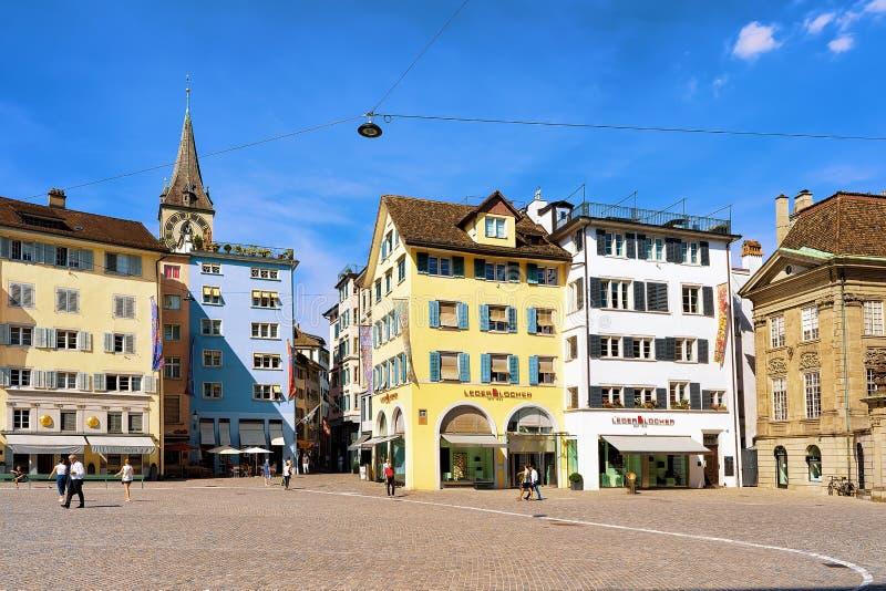 Munsterhof-Viertel mit Helm von St. Peter Church in Zürich stockfotografie