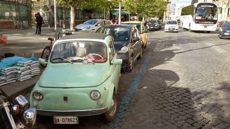 Munt Oude Auto in de Straten van Rome stock foto