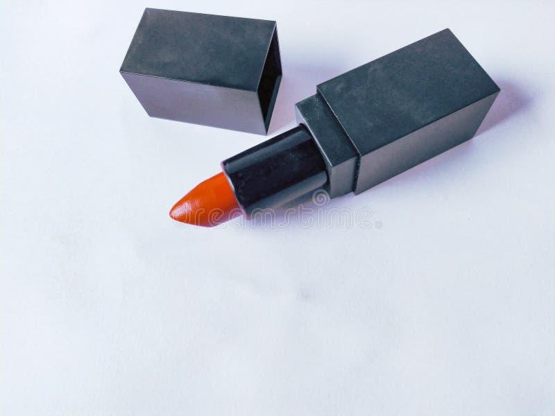 Muntlig eller orange tegelstenfärgläppstift på bakgrundsvit royaltyfria bilder