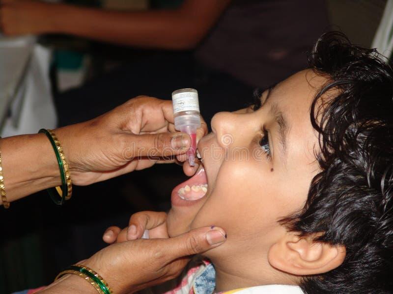 Muntliga barnförlamningdroppar arkivfoto