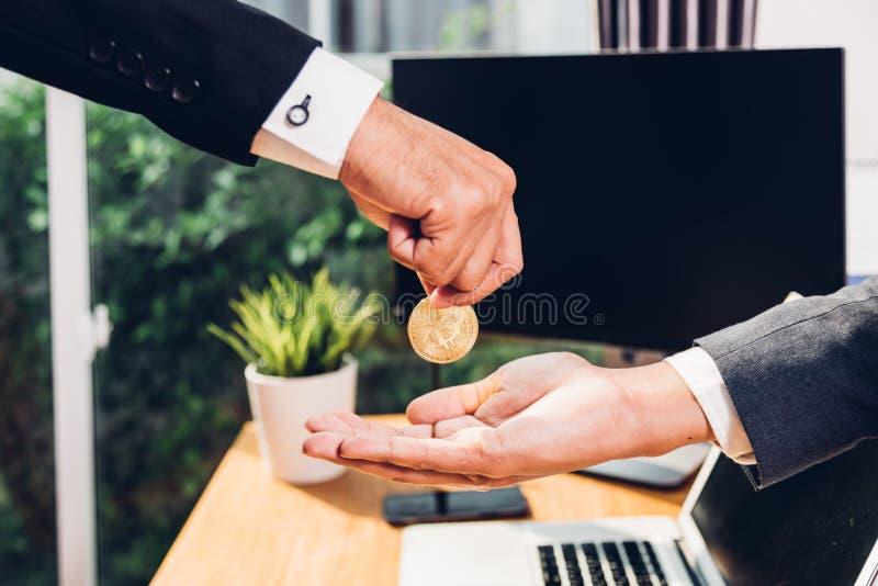 Muntstuk bitcoin bedrijfs digitale geldfinanciën elektronisch op hand B royalty-vrije stock afbeeldingen