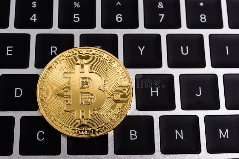 Muntstuk, de virtuele digitale gouden zaken van het bitcoingeld stock foto's