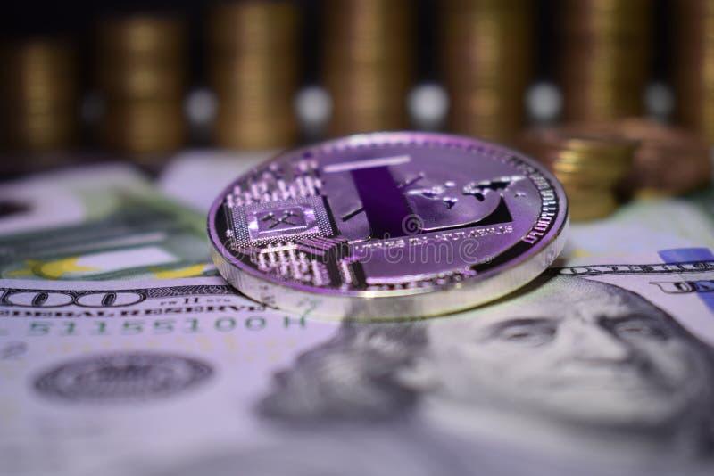 Muntstuk fysieke Litecoin LTC, achtergrond van bankbiljet en gouden muntstukken royalty-vrije stock foto