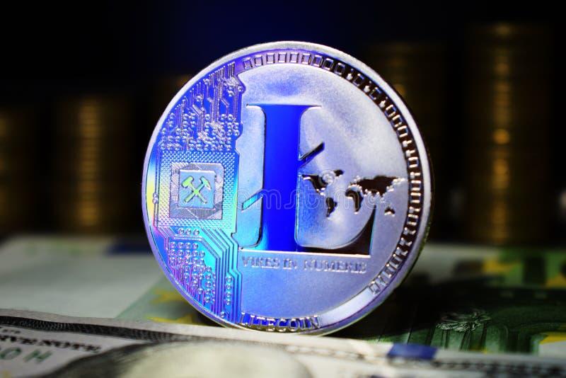 Muntstuk fysieke Litecoin LTC, achtergrond van bankbiljet en gouden muntstukken royalty-vrije stock fotografie
