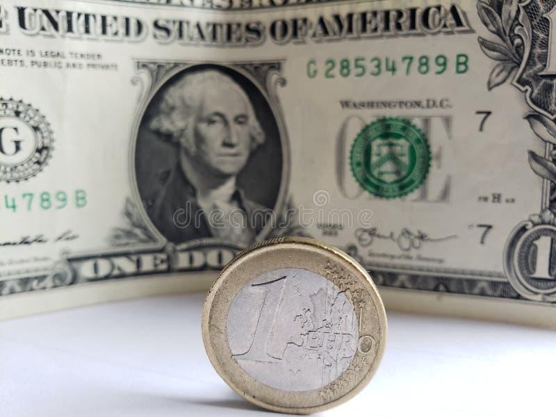 muntstuk van één euro en Amerikaanse dollar rekening