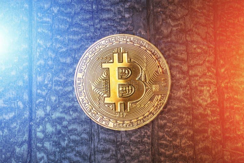 Muntstuk van Cryptocurrency het gouden bitcoin op grungeachtergrond met lichteffecten Symbool van crypto munt - elektronisch virt stock foto's