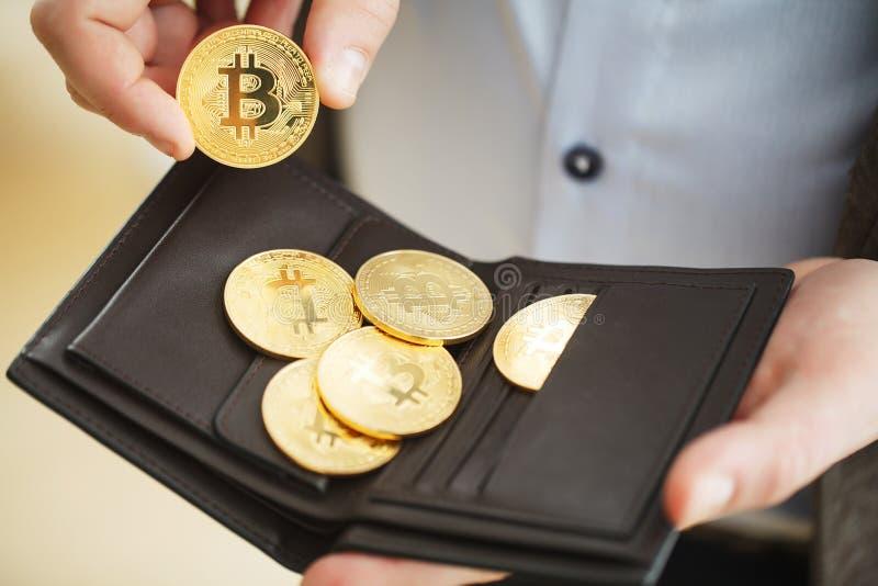 Muntstukcryptocurrency bitcoin in uw zak bitcoin Pop stock afbeeldingen