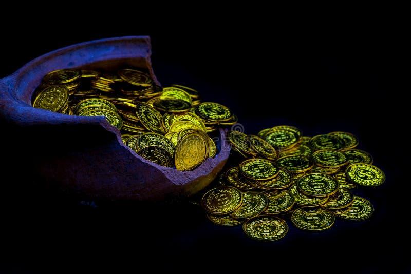 Muntstukgoud in damehand op partijen die gouden muntstukken op gebroken kruik witte achtergrond stapelen, Geldstapel voor bedrijf royalty-vrije stock afbeelding
