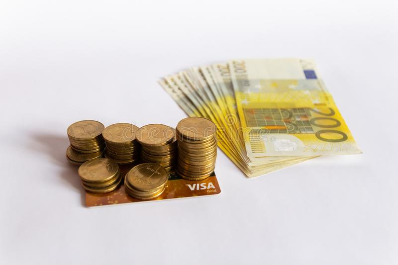 Muntstukken, creditcard en euro die bankbiljettencontant geld op witte achtergrond worden geïsoleerd