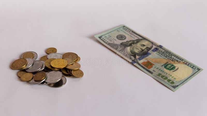 Muntstukken, dollar en euro die bankbiljettencontant geld op witte achtergrond worden geïsoleerd
