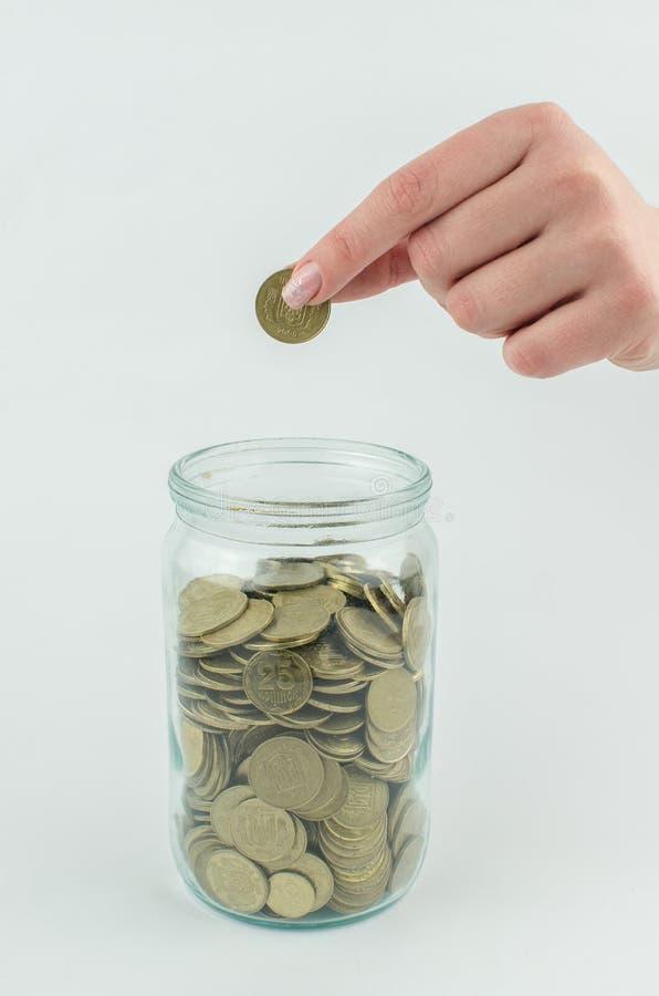 muntstukken op een geïsoleerde achtergrond Besparingsgeld, die voor de totstandbrenging van een droom accumuleren royalty-vrije stock afbeeldingen