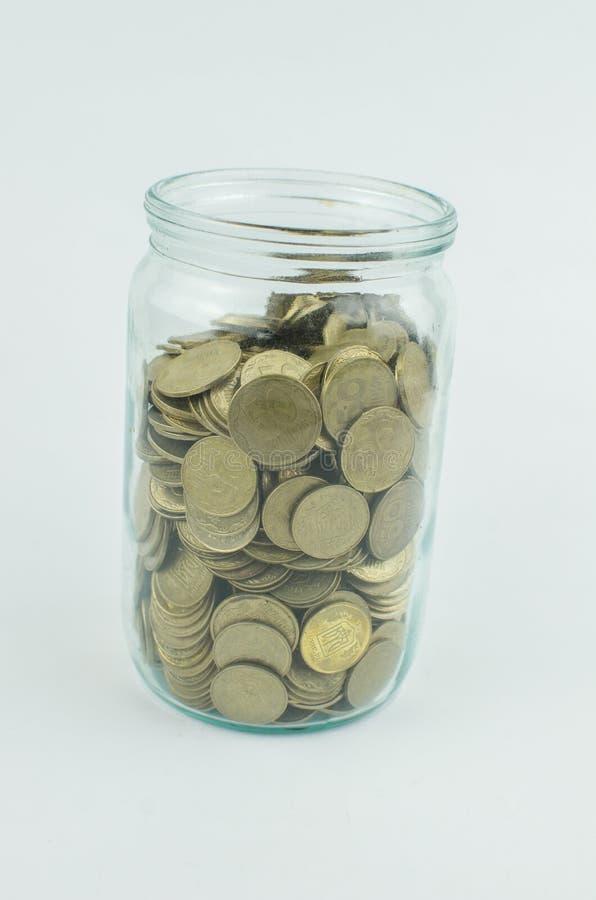 muntstukken op een geïsoleerde achtergrond Besparingsgeld, die voor de totstandbrenging van een droom accumuleren stock foto's