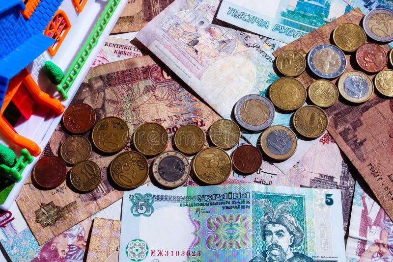 Muntstukweg op bankbiljettengebied die tot het modelhuis leiden Onroerende goederen cocept royalty-vrije stock afbeeldingen