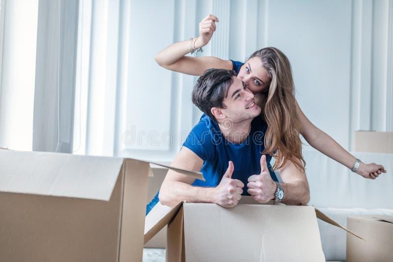 Muovendosi, riparazioni, nuova vita La coppia nell'amore gode di nuovo appartamento fotografia stock
