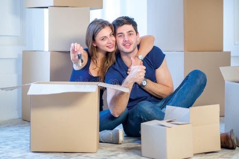Muovendosi, riparazioni, nuove chiavi all'appartamento Ragazza delle coppie e fotografia stock libera da diritti