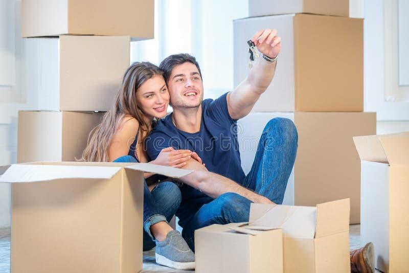 Muovendosi, riparazioni, nuove chiavi all'appartamento Ragazza delle coppie e fotografia stock