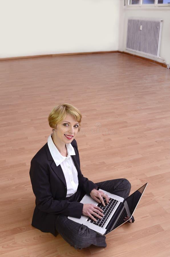 Muovendosi verso il nuovo ufficio: Donna di affari con il computer portatile fotografie stock libere da diritti